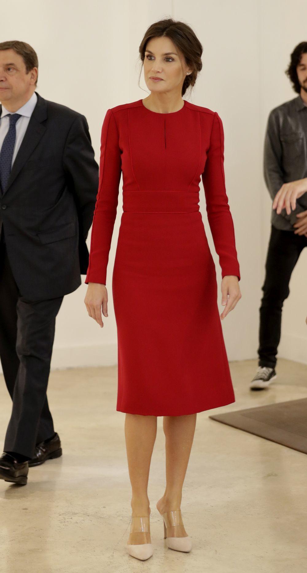 Un vestido rojo de Carolina Herrera ha sido la apuesta de la reina...