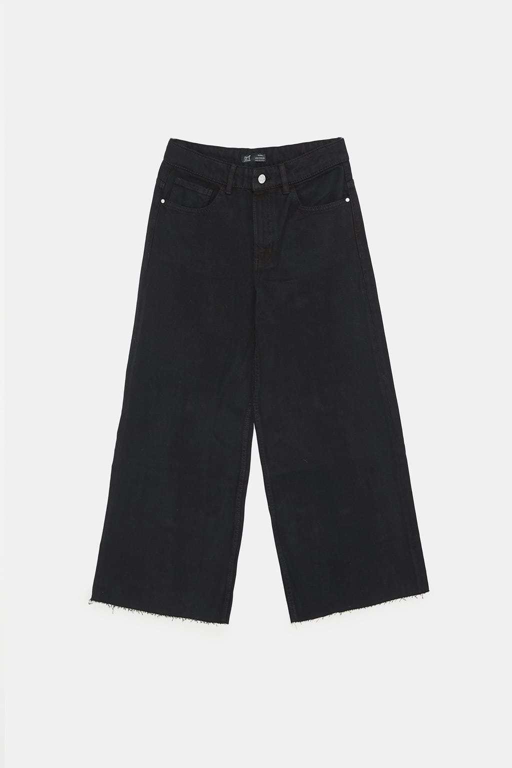 Jeans negros de pata ancha, de Zara (19,95 euros).