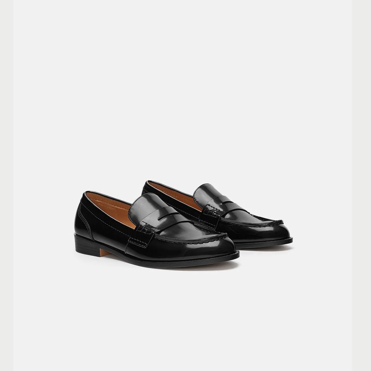 Mocasín negro, de Zara (29,95 euros).