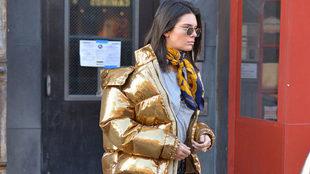 "Kendall Jenner opta por el abrigo de plumas o ""puffer coat"" en tonos..."