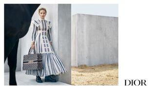 Jennifer Lawrence con vestido de rayas y bolso Tote Bag