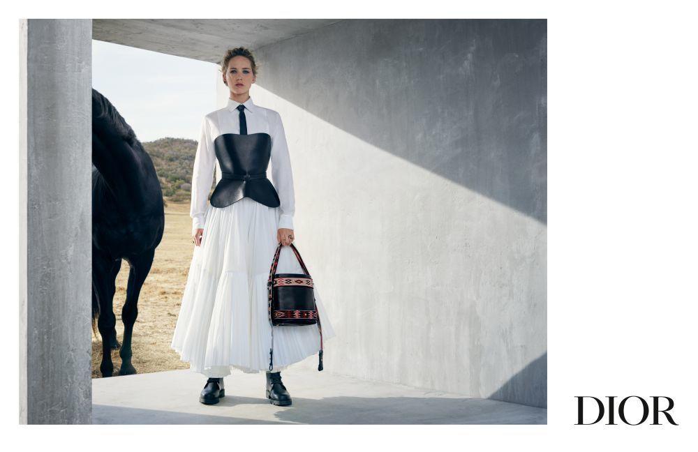 Jennifer Lawrence con vestido blanco y bolso con motivos étnicos de...