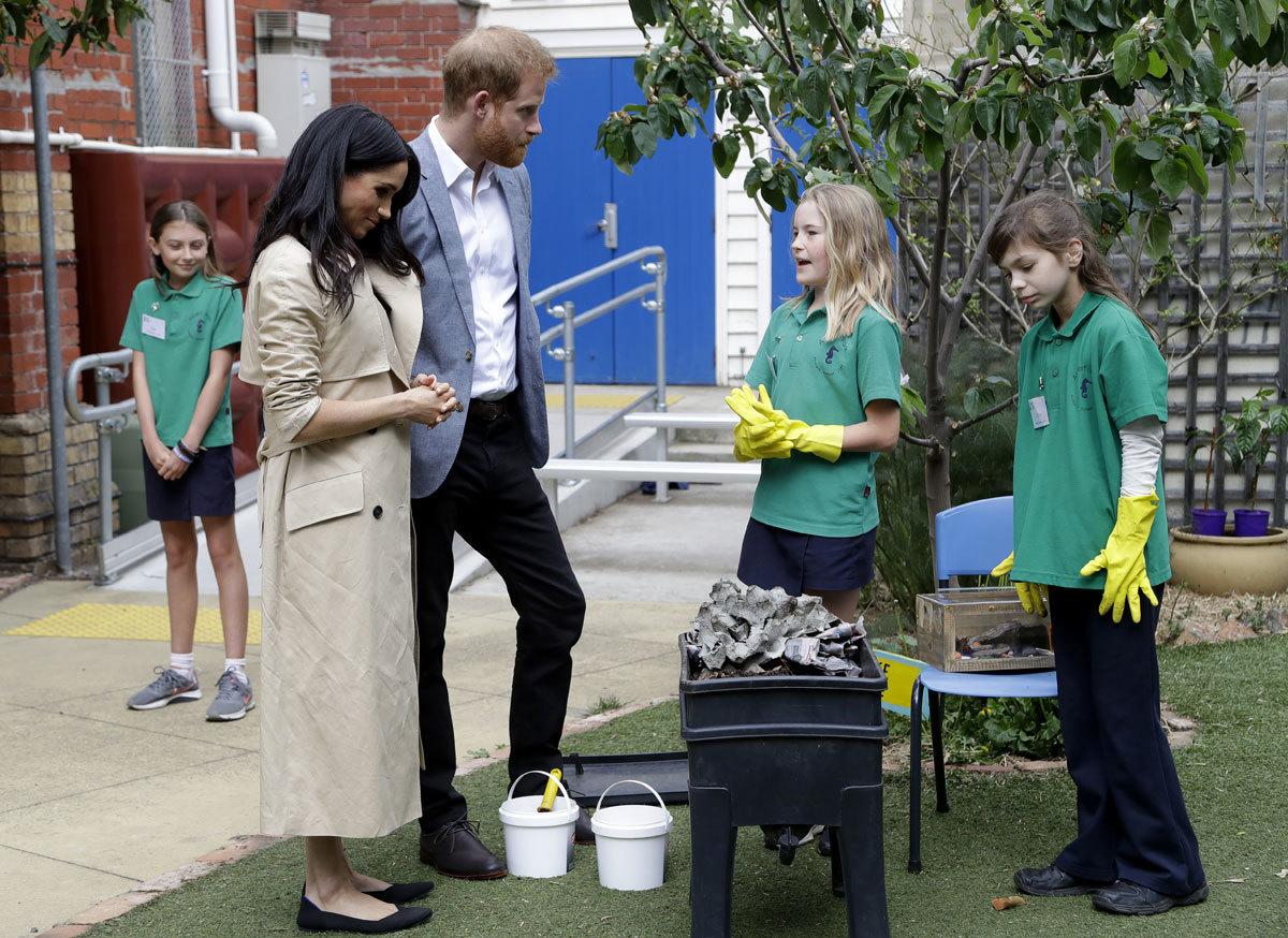 La Duquesa de Cambridge apostó por el trench en su visita a una...