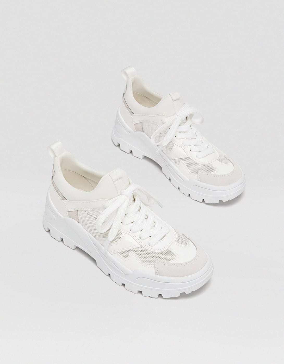 Sneakers blancas con plataforma, de Stradivarius (39,99 euros).