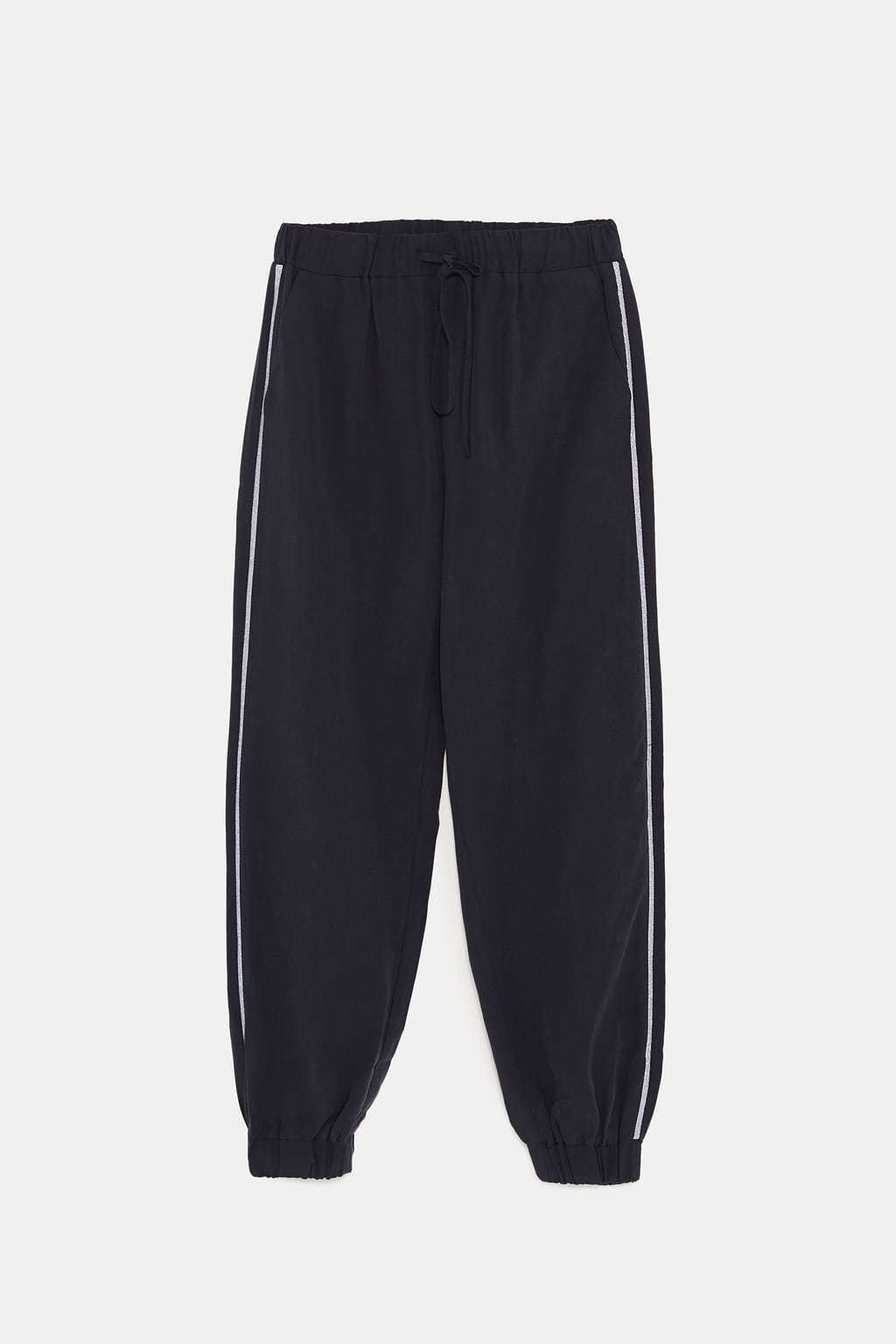 Pantalón jogger banda lateral, de Zara (25,95 euros).