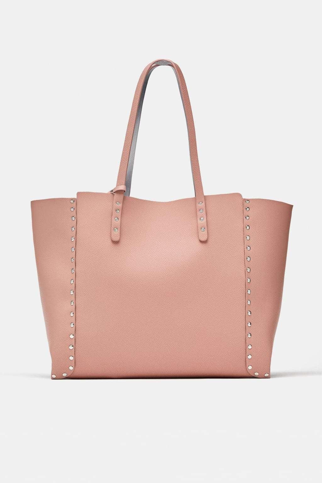 Bolso shopper con tachuelas, de Zara (25,95 euros).