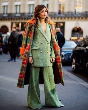 Madame de rosa con traje sastre color verde y abrigo con tejido de...