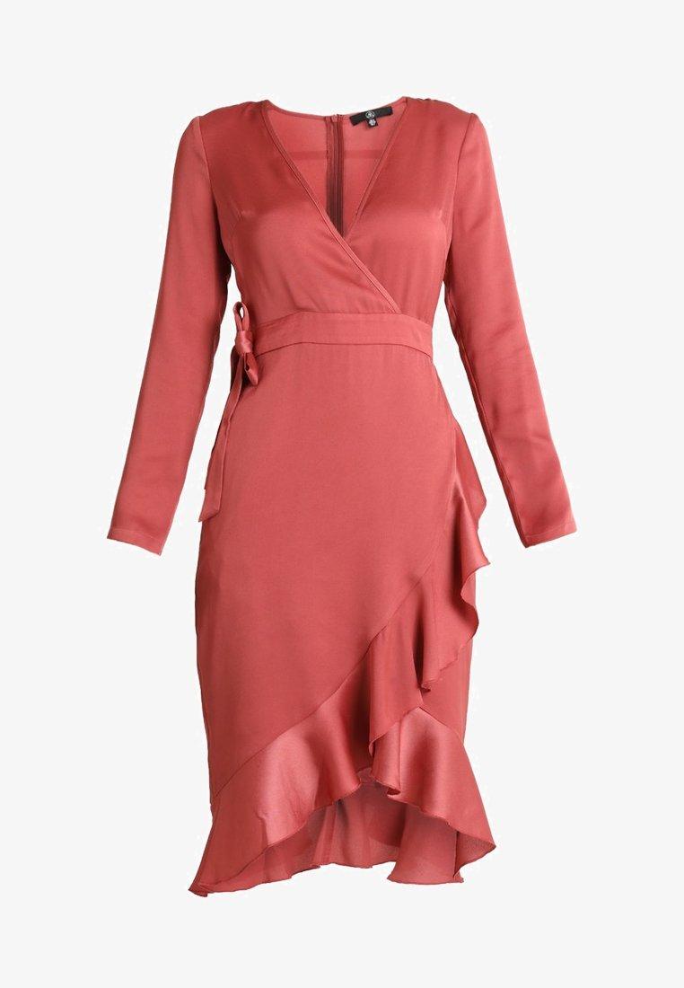 Vestido rosa satinado con corte asimétrico de Miss Guided. Precio...