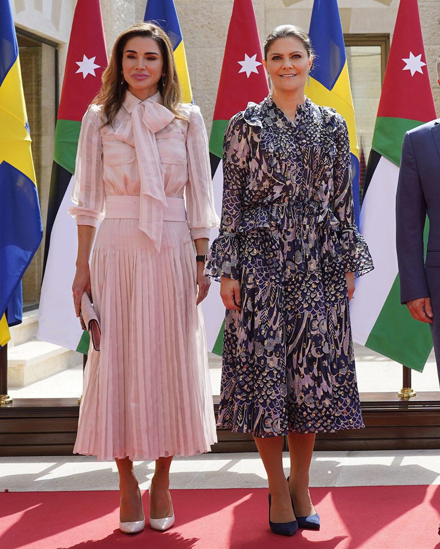 Rania de Jordania durante la visita de Victoria de Suecia.