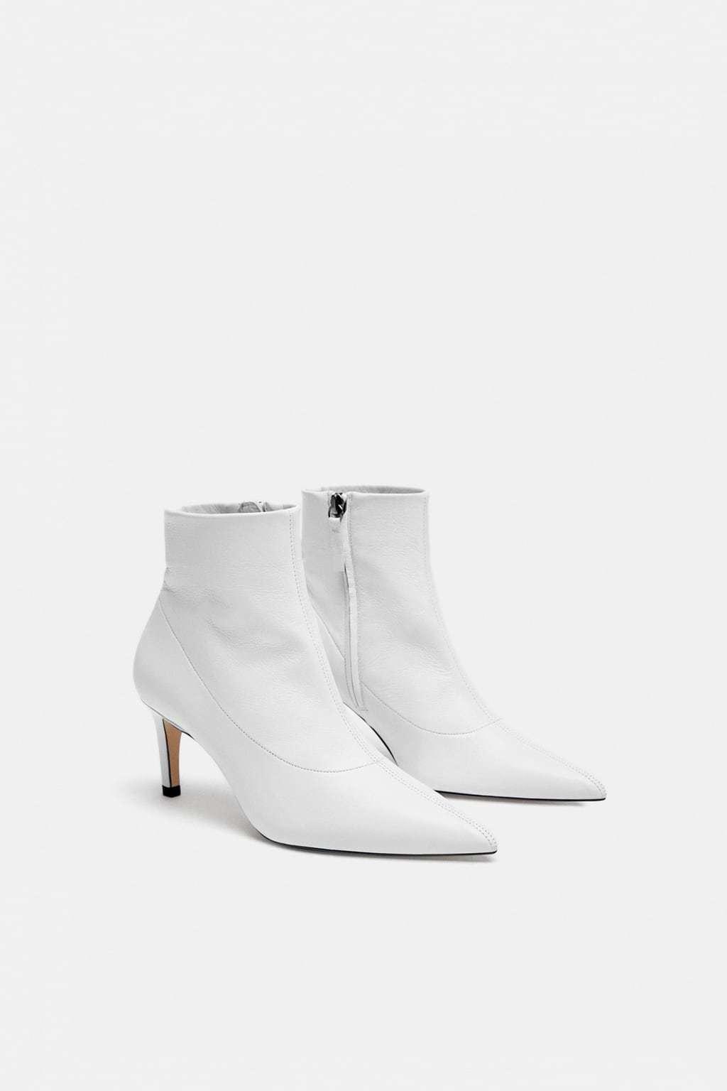 Botín de piel blanco, de Zara (69,95 euros).