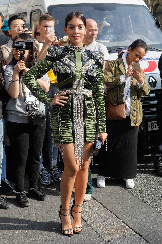 Con un vestido de Balmain, Georgina Rodríguez posando ante los...