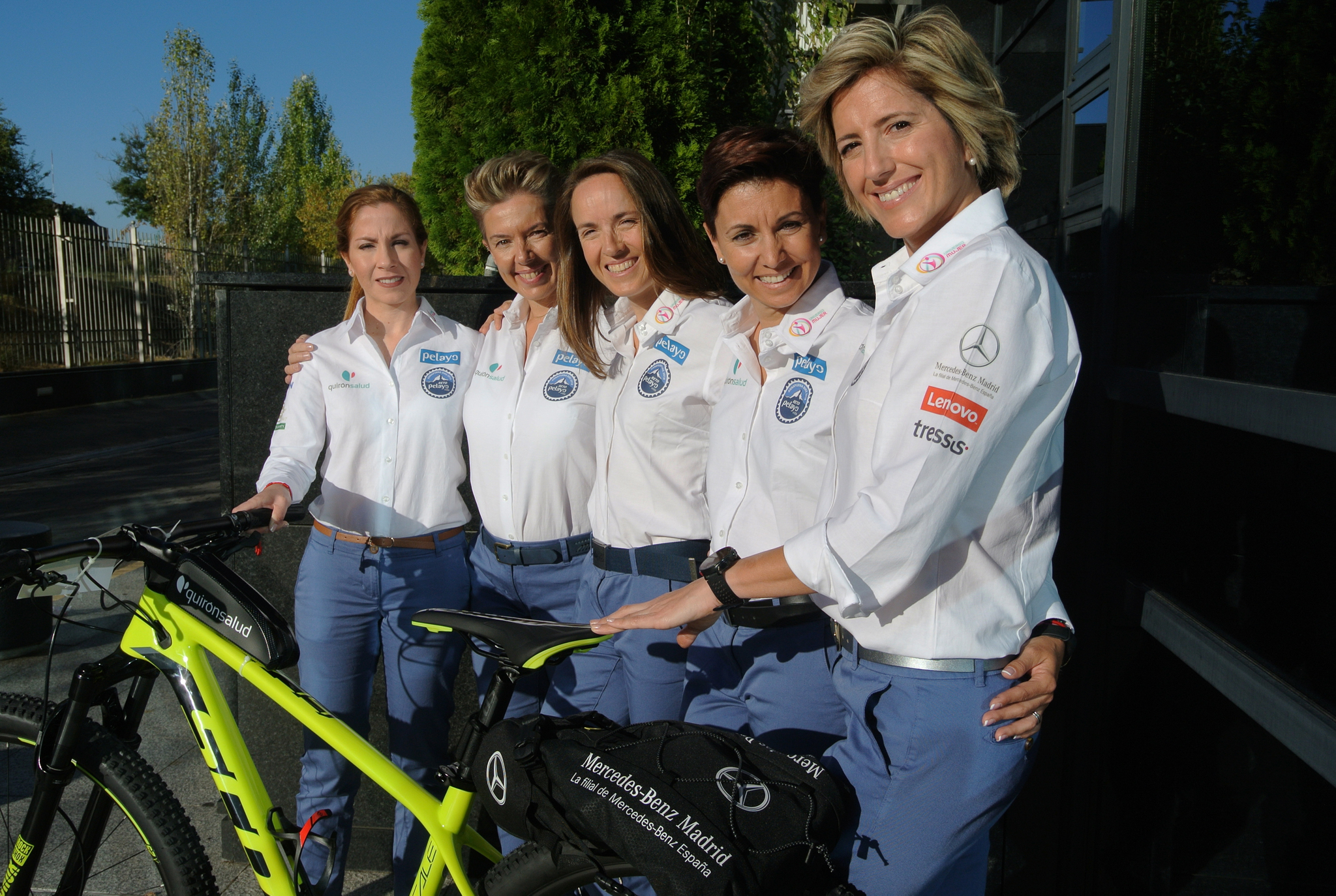 Las 5 participantes del #RetoPelayoVida con una de las  bicis Scott...