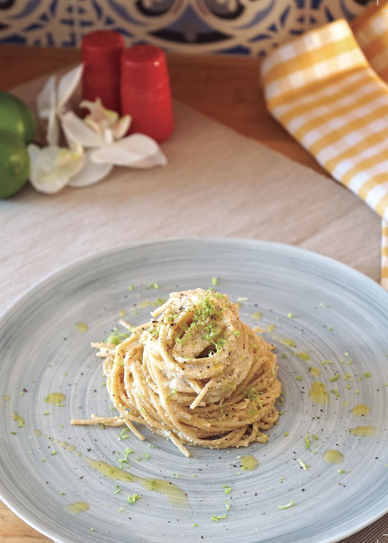 Espaguetis con salsa de anacardos y pimienta (Spaghettu cacio e pepe)