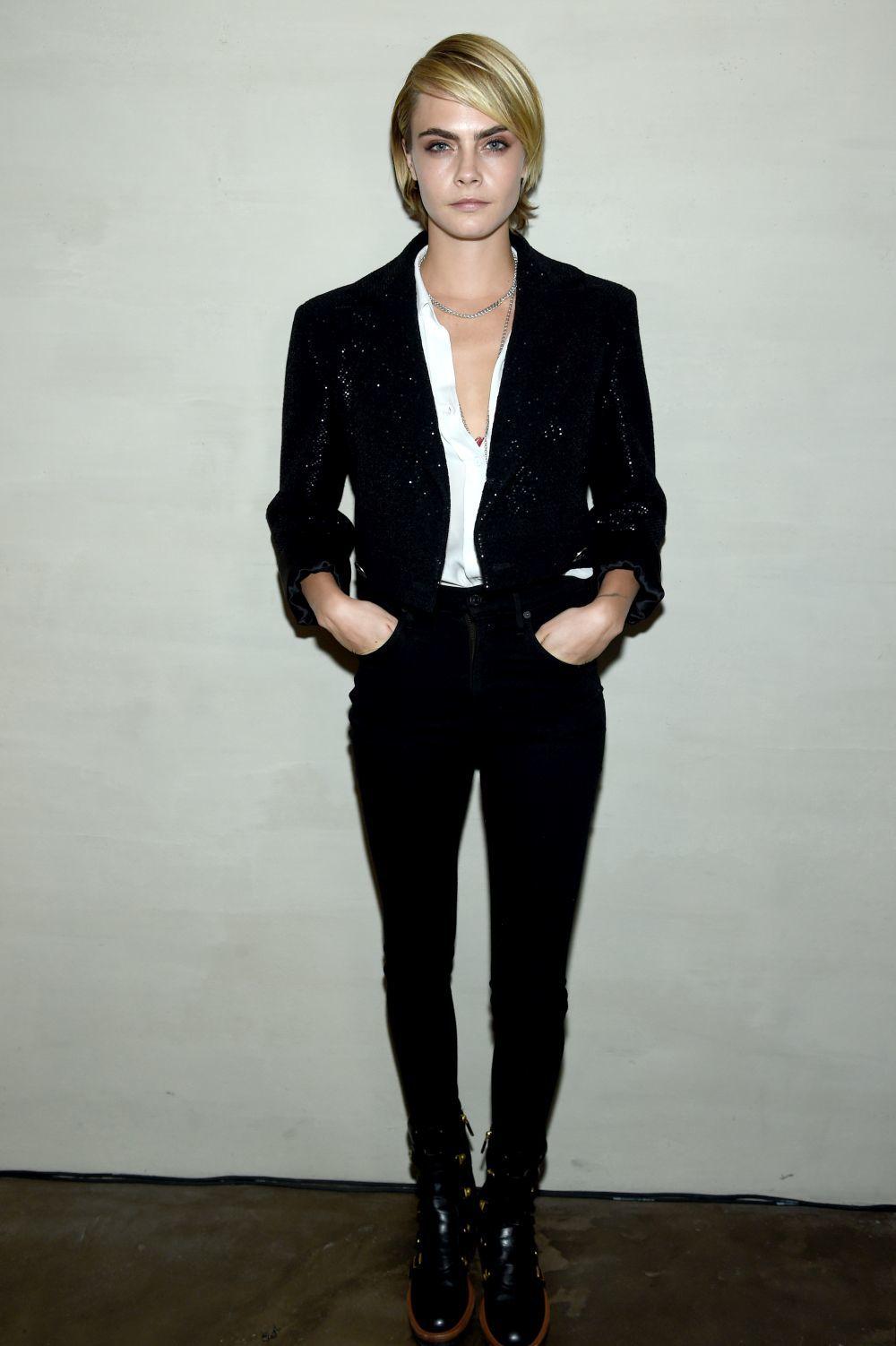 6490ef631 Lo que está claro es que Cara siempre consigue darle su propio estilo a  todos sus looks. Nunca un pantalón negro y una camisa blanca pueden ser  sosos si los ...