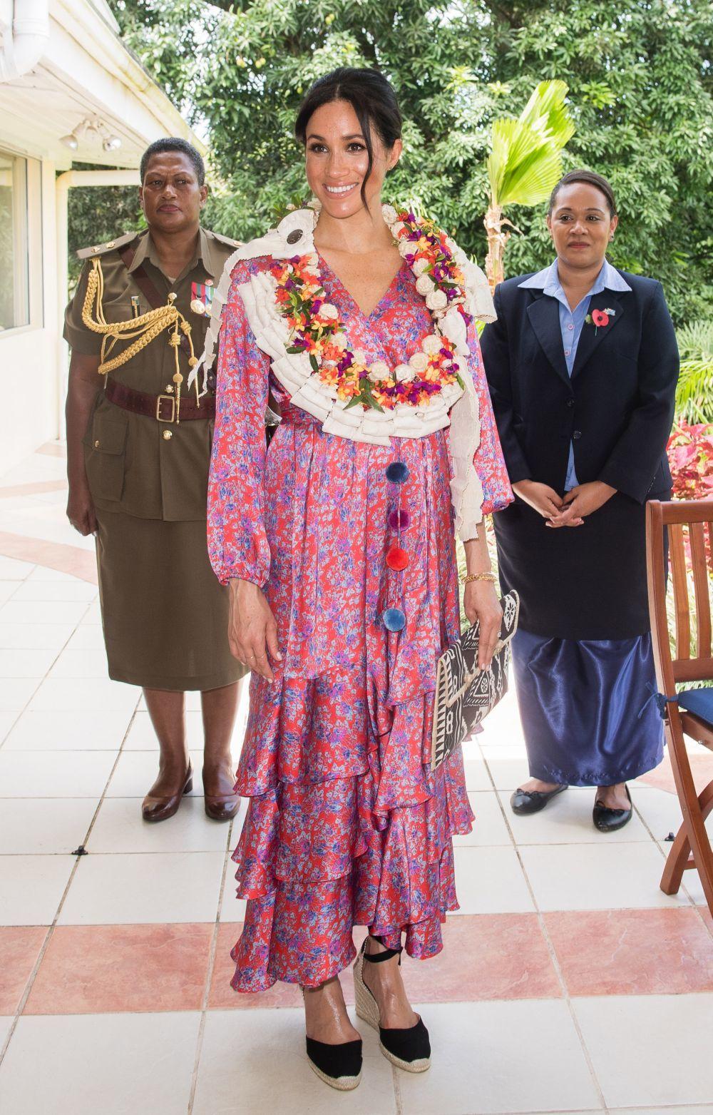 Meghan Markle con vestido largo de Figue.