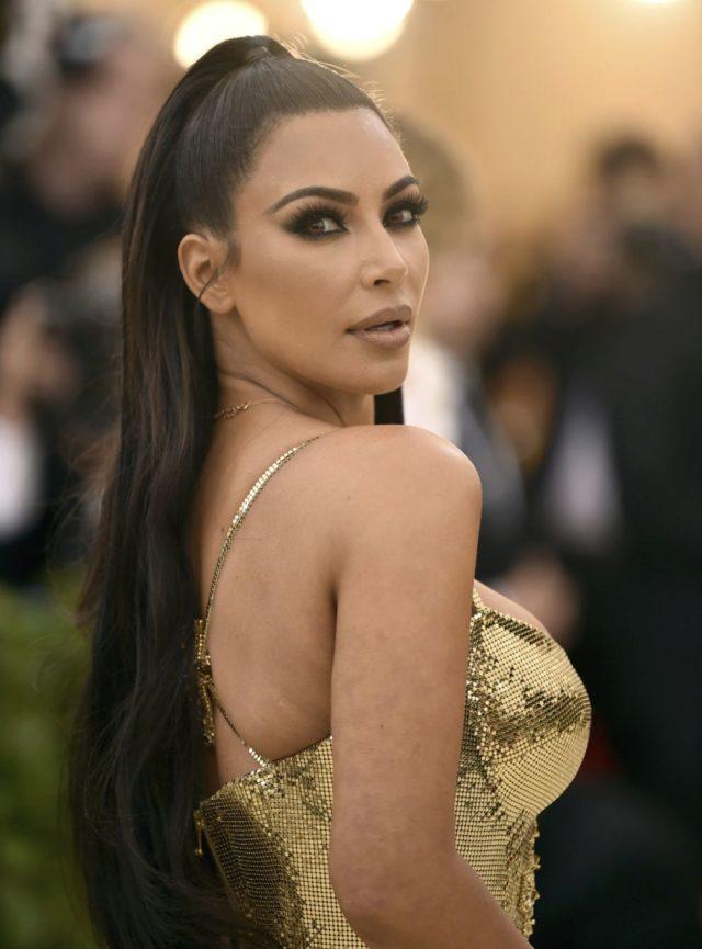 Kim kardashian con el pelo recogido