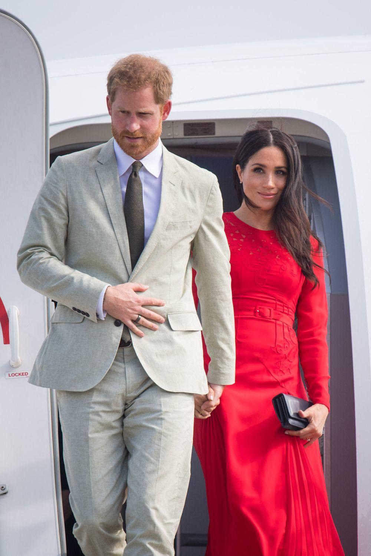 Meghan Markle y el príncipe Harry llegando al aeropuerto Fua'amotu.