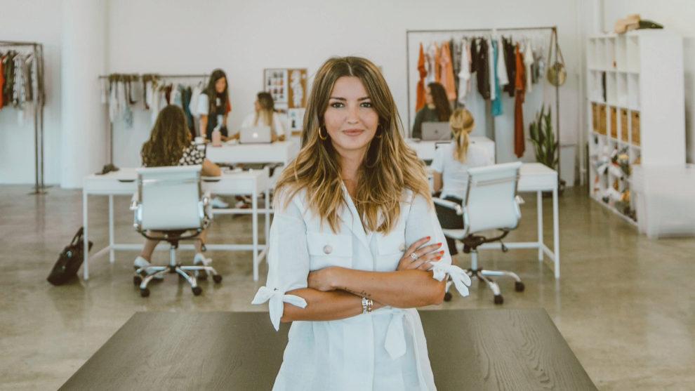 Alexandra Pereira en sus nuevas oficinas de Los Ángeles, camisa de...