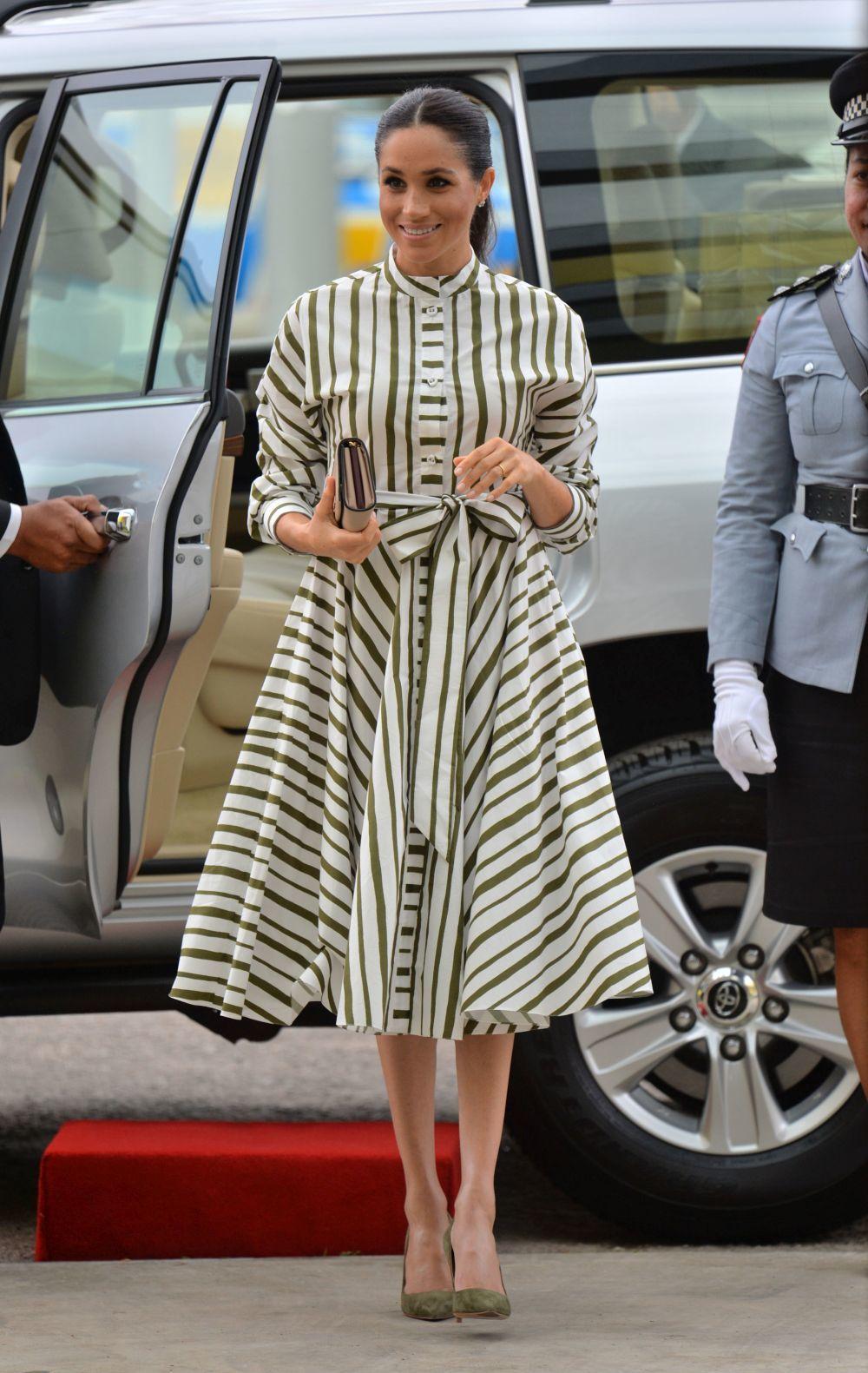 Meghan Markle con vestido de rayas de Martin Grant.