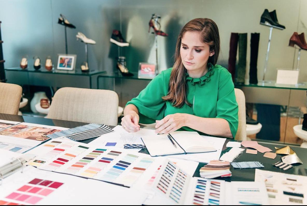 La diseñadora Sarah Flint trabajando en su nueva colección.