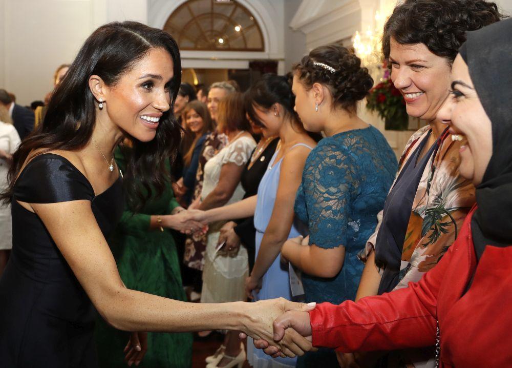 La Duquesa de Sussex saludando a distintas mujeres en su visita a...