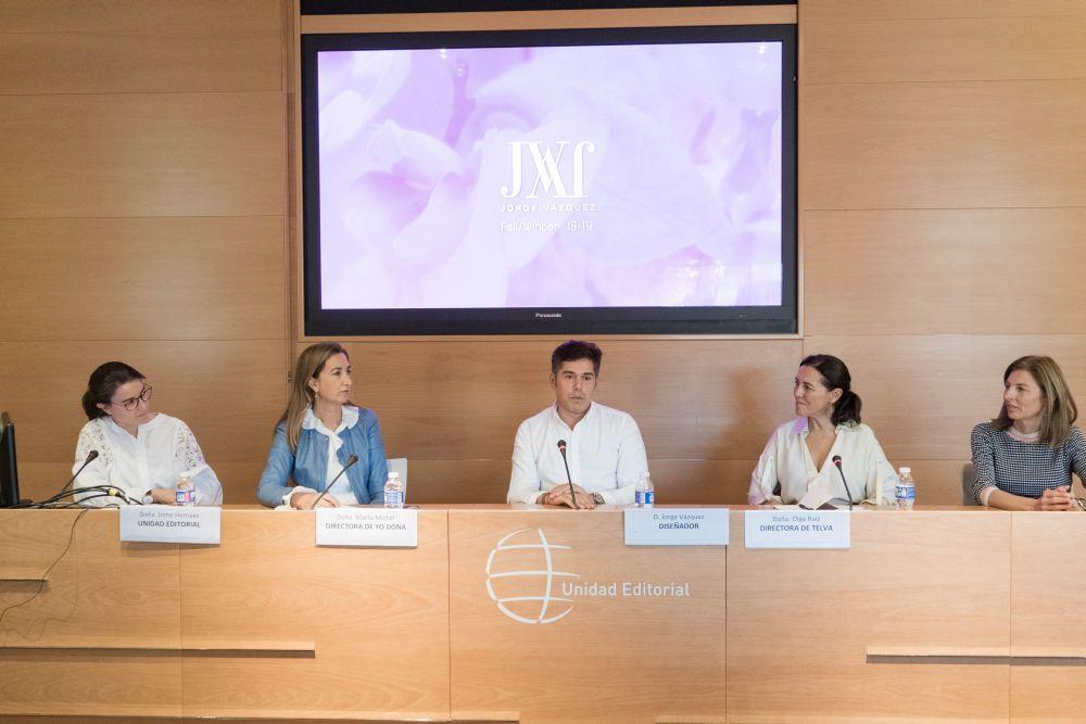 Jorge Vázquez inaugurando la primera ponencia del máster junto a...