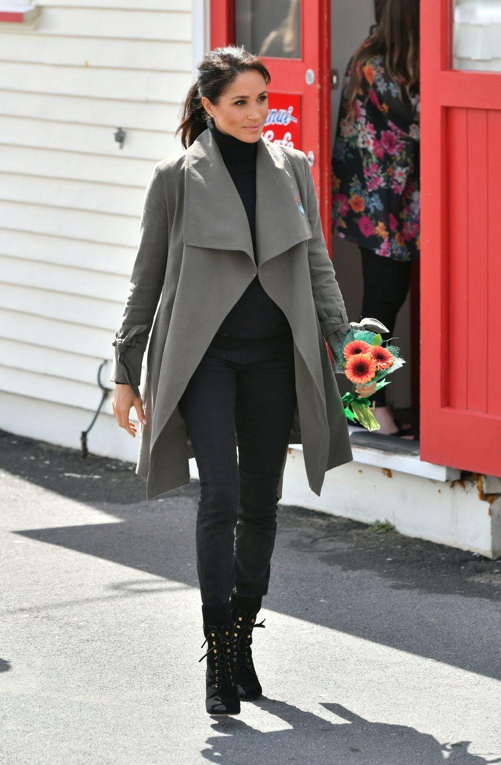 La Duquesa de Sussex con un look casual en su viaje a Nueva Zelanda.