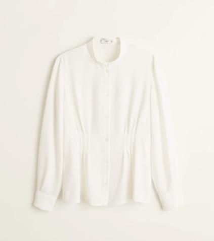 Camisa con detalle de pliegues, de Mango (29,99 euros).