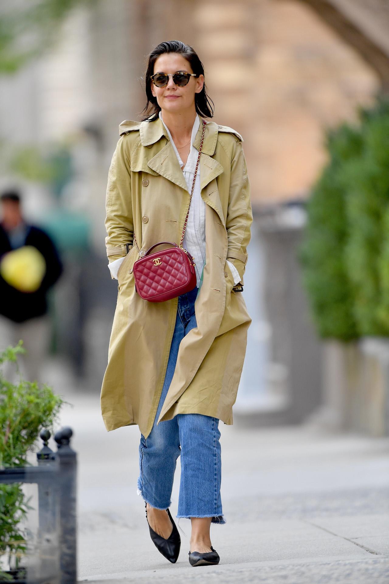 Katie Holmes, con gabardina de paseo por Los Ángeles.