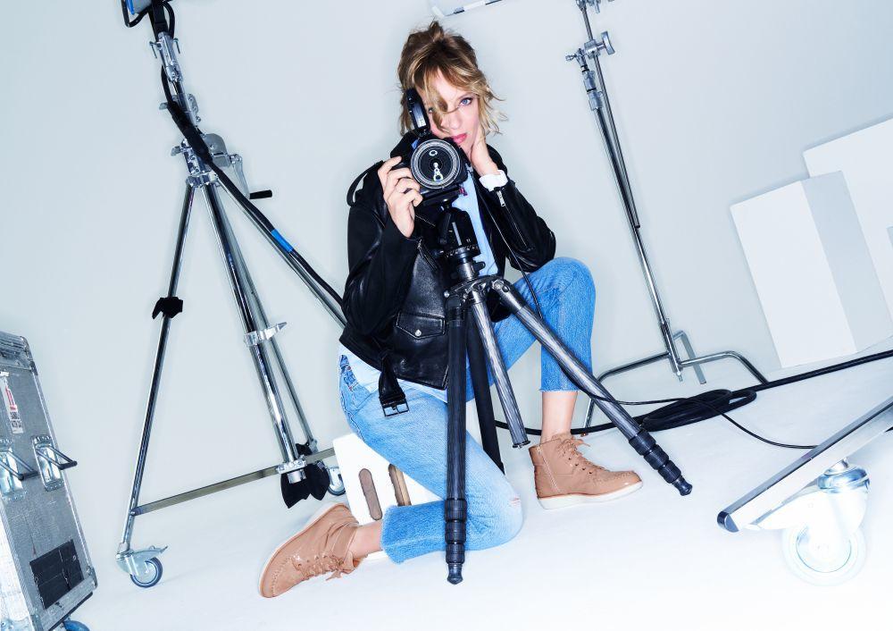Uma Thurman posa con otro de los modelos estrella de la colección,...