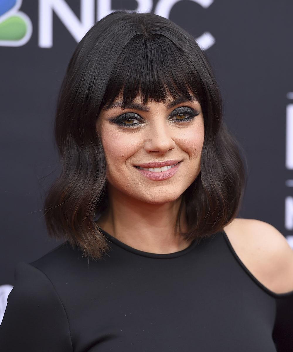 Mila Kunis elige un flequillo desfilado de quita y pon para cambiar de...