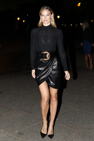 Bar Refaeli espectacular con este total look en negro.