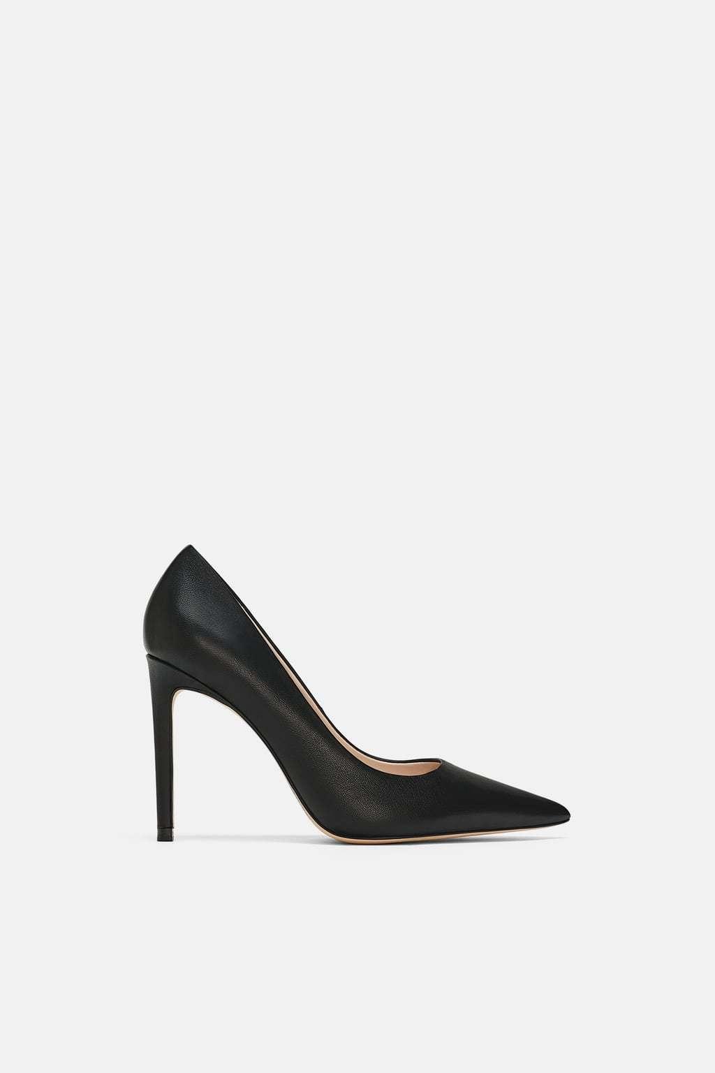 Zapato con tacón fino de piel de Zara. Precio 45,95.