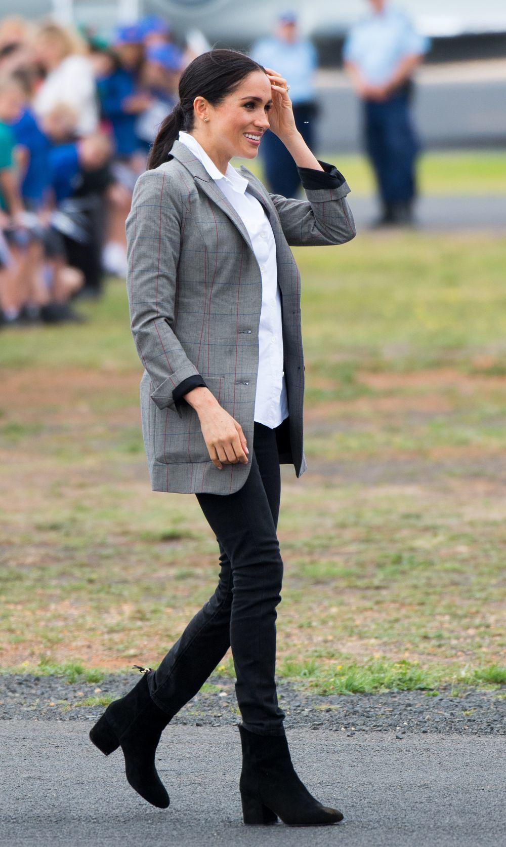 La Duquesa de Sussex, embarazada, con jeans negros y blazer.