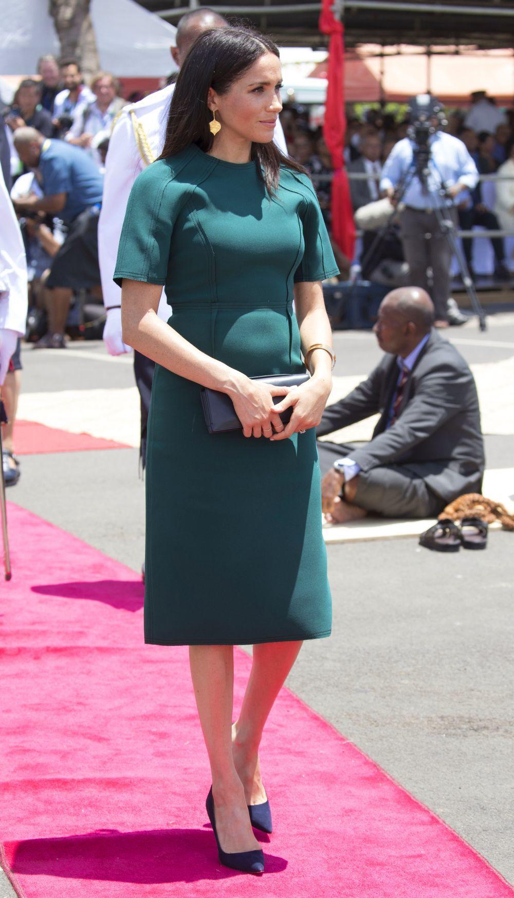 Meghan Markle con un vestido verde en corte midi.