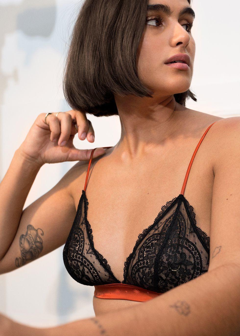Jill Korleve con bralette en negro con detalles en rojo de & Other...