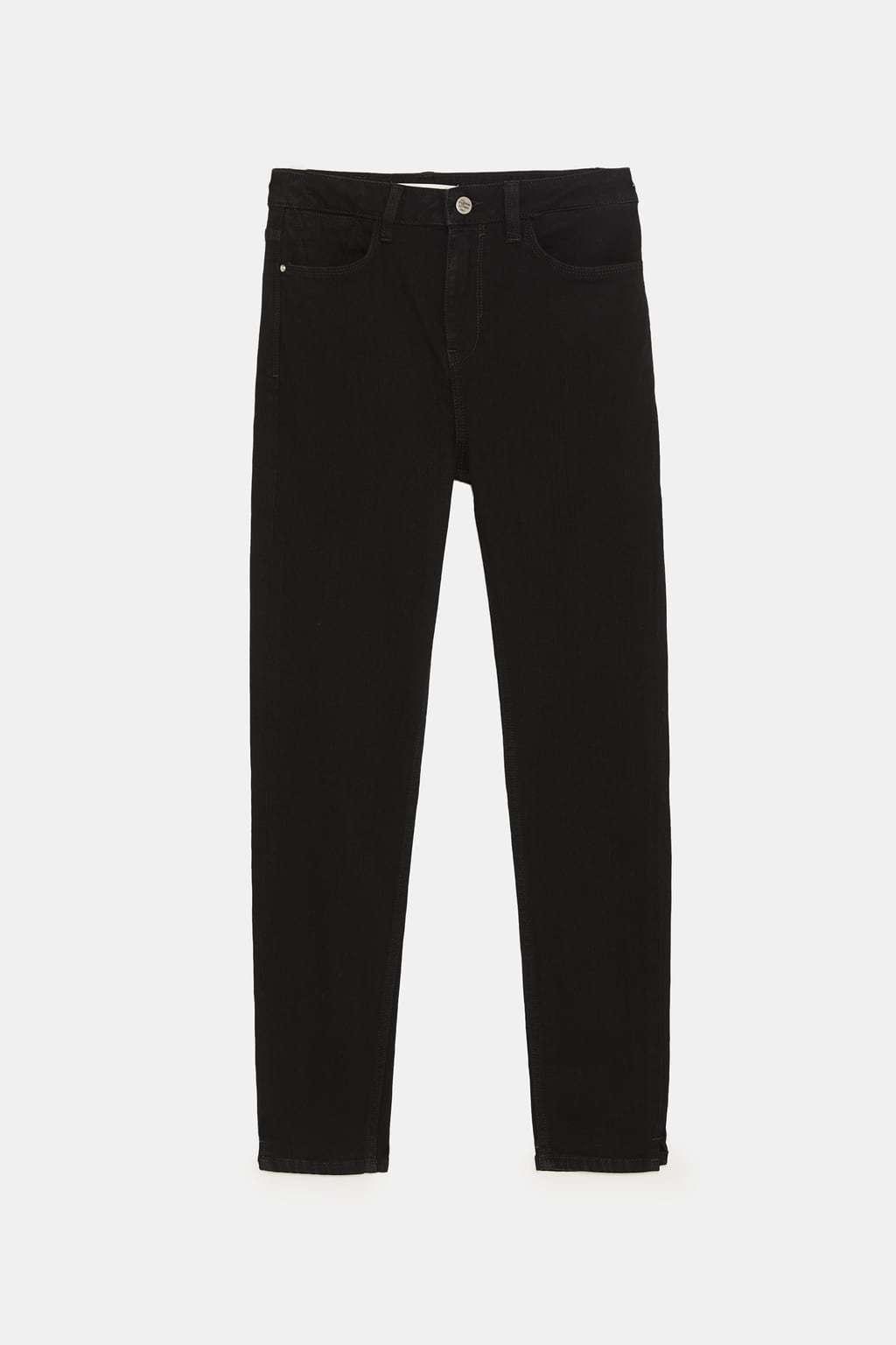 Jeans tiro alto color negro (25,95 euros).