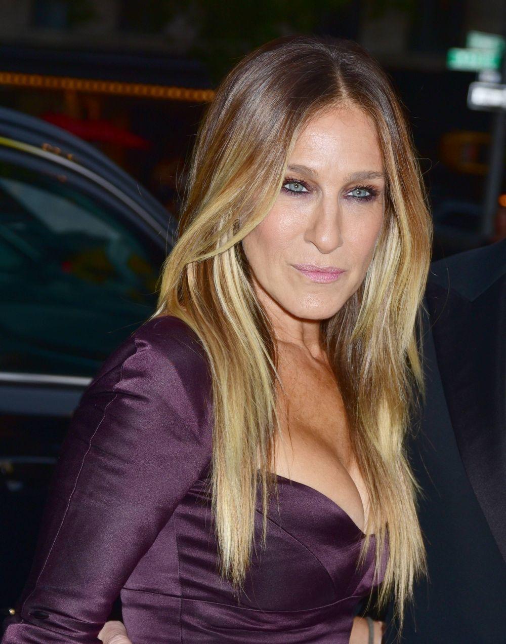 Las mechas balayage de Sarah Jessica Parker sobre su pelo liso con...