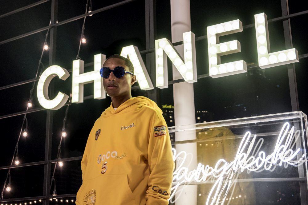 Pharrell Williamns posando para Chanel.