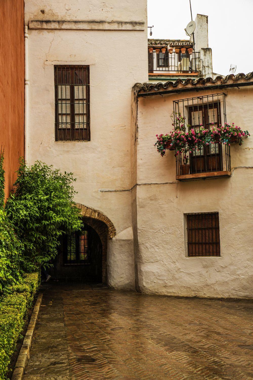 Fachada típica del Barrio de Santa Cruz en Sevilla.