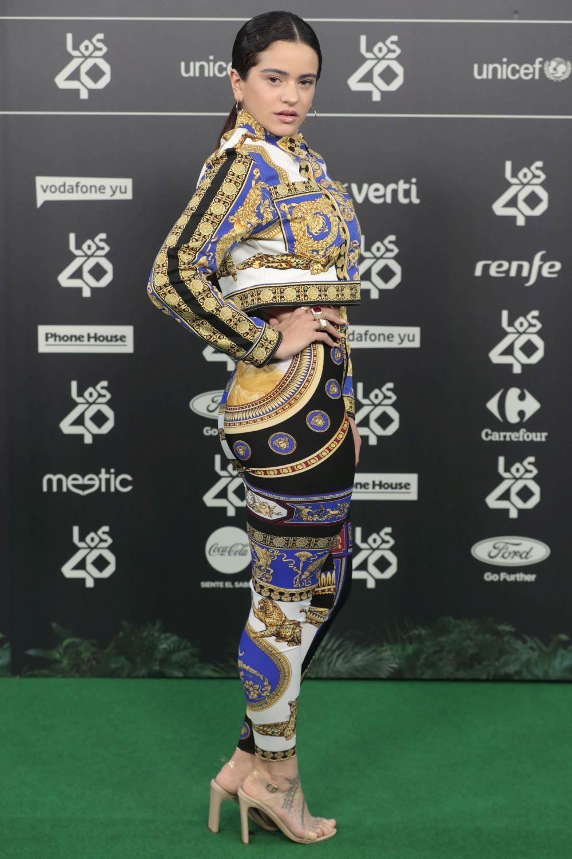 La intérprete catalana eligió un look de Versace para los 40 Music...