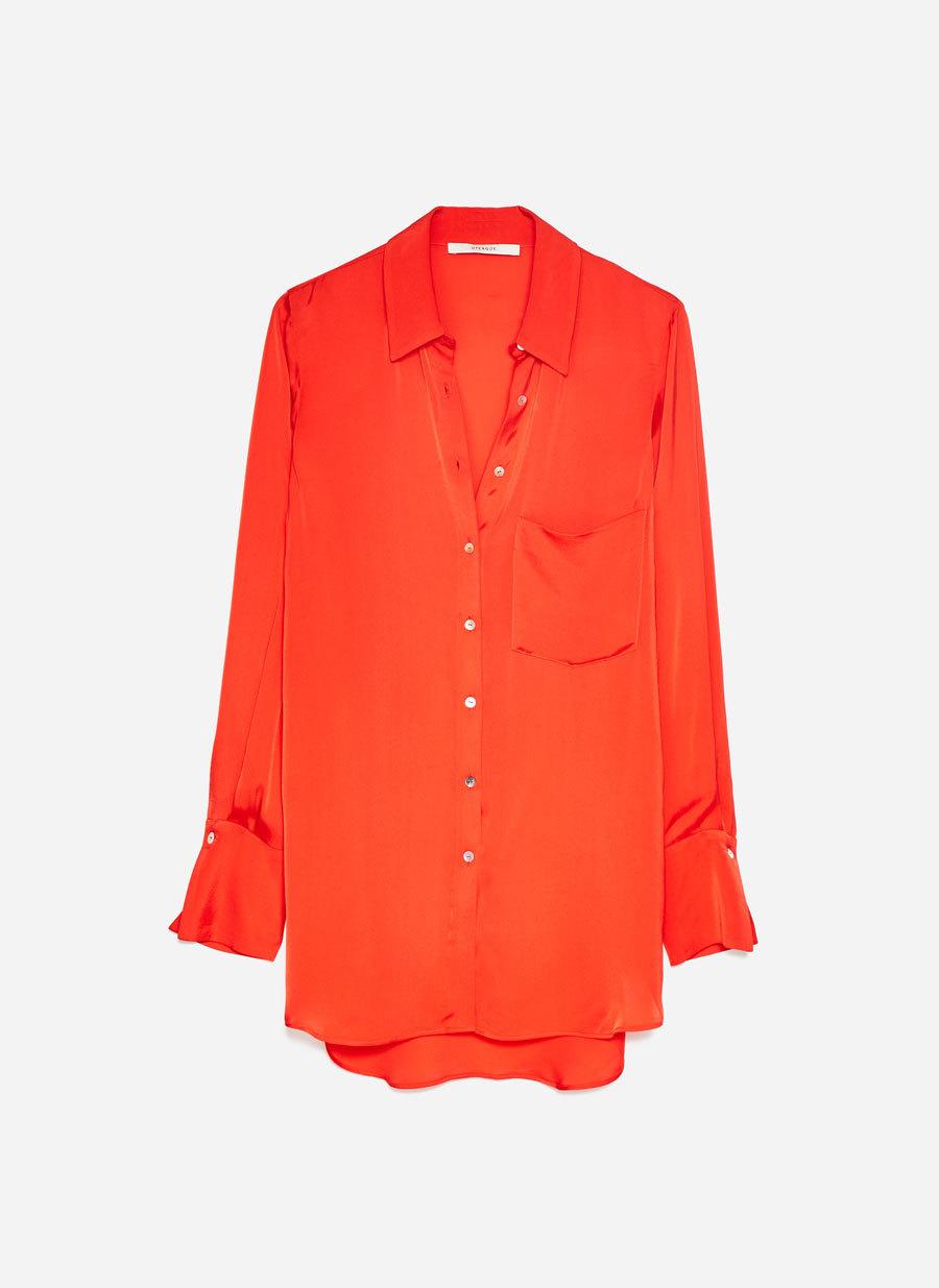 Camisa roja confeccionada en un delicado tejido fluido, de Uterqüe...