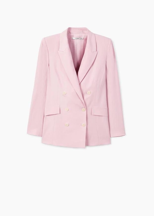 Americana con solapas en rosa claro, de Mango (59,99 euros).