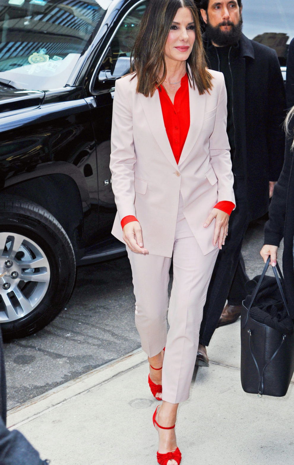 Sandra Bullock combina el rosa y el rojo.