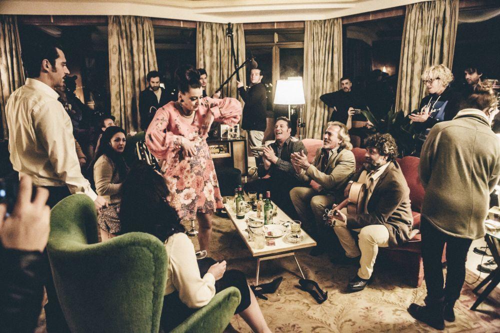 Foto-fija de una escena en casa de Ava Gardner, con juerga flamenca.