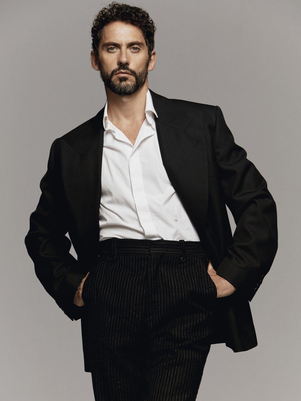 Paco lleva blazer y pantalón, Dries Van Noten. Camisa, Dior Homme.