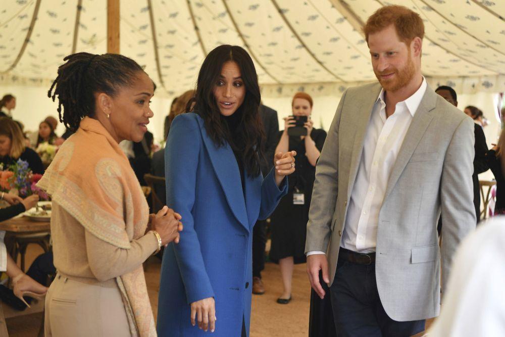 Doria Ragland junto a Meghan Markle y el príncipe Harry, en un acto...