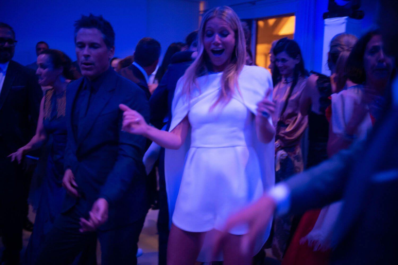Como segundo vestido, Gwyneth llevó un mono corto con capa de la...