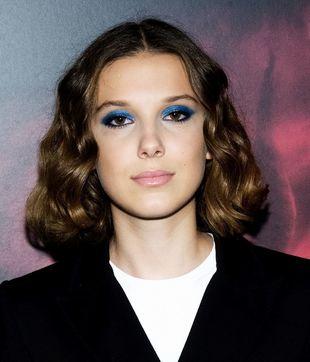 Millie Bobby Brown con sombra de ojos azul eléctrico metalizado.