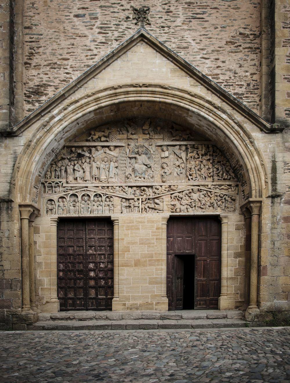 Puerta de una iglesia de Aveyron.